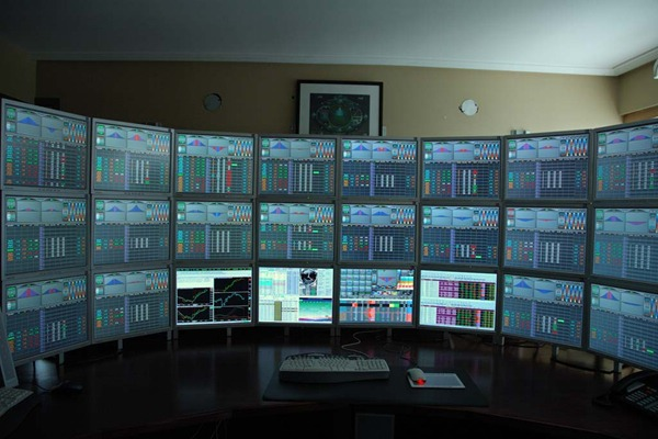 Multiple monitors setup for a training desk