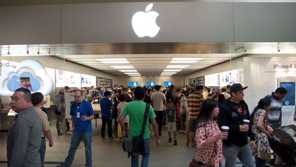 crowded Apple store